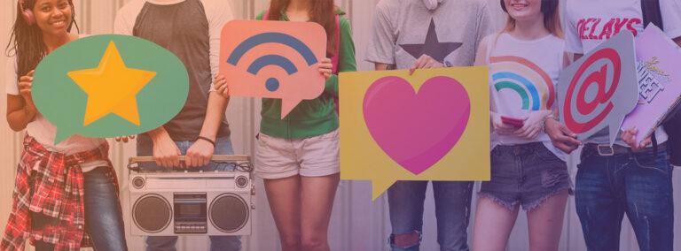Jeunes avec symboles des médias sociaux
